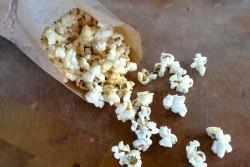 sriracha-garlic-popcorn